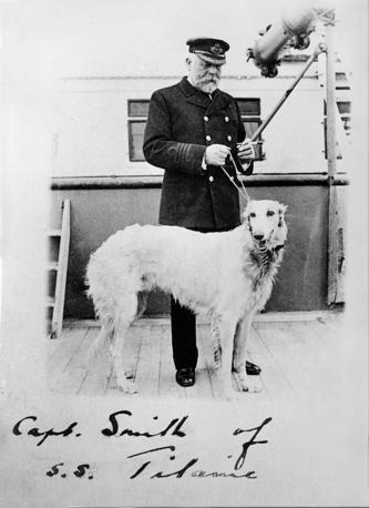 Immagine d'archivio (autografata) che ritrae il capitano del Titanic Edward Smith con il suo levriero (Afp)
