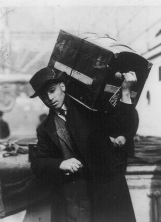 Un migrante a bordo del Titanic (LaPresse)