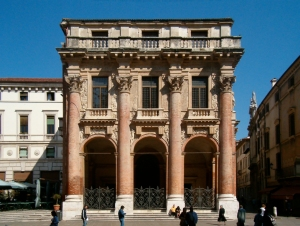 Esempio di colonne di ordine gigante nel Palazzo del Capitanio, Vicenza.
