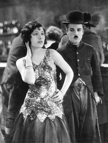 La febbre dell'oro (1925) è uno dei più celebri film di Charlie Chaplin, che qui vediamo accanto a Georgia Hale nel ruolo di Charlot, l'eterno vagabondo, squattrinato anche nell'Alaska dei cercatori d'oro.