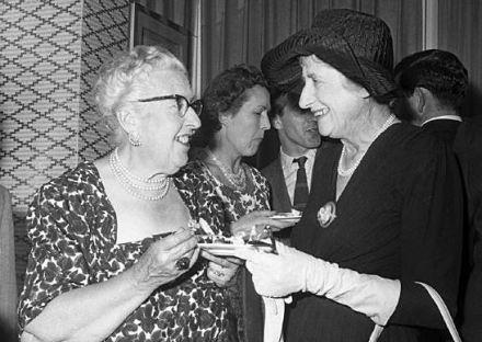 La britannica Agatha Christie (a sinistra) e la neozelandese Ngaio Marsh (a destra), qui ritratte al Savoy Hotel di Londra nel 1960, sono considerate tra le maggiori scrittrici di romanzi polizieschi del XX secolo. Agatha Christie è la creatrice dei celeberrimi Hercule Poirot e Miss Marple, mentre il personaggio più famoso creato da Ngaio Marsh è l'ispettore Roderick Alleyn, coadiuvato nelle indagini dall'ispettore Fox.